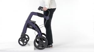 Supera los bordillos con tu andador con asiento convertible en silla de ruedas