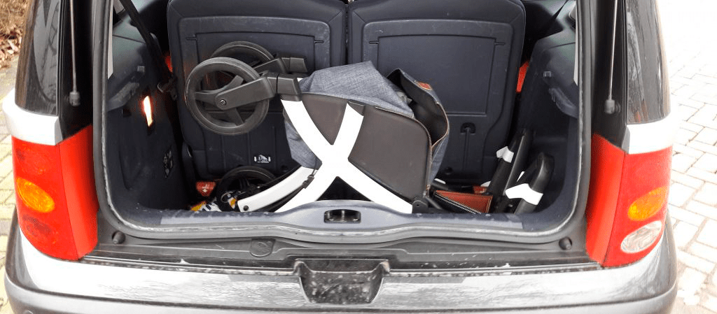 Rollz Flex Blanco plegado en el interior del maletero de un coche en posición horizontal